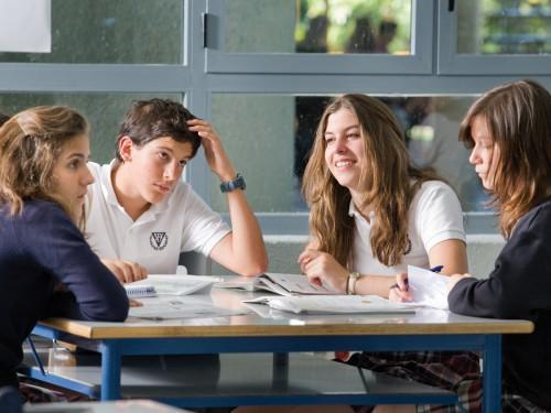 Estudiantes en espacio de estudio